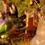 LLEGÓ LA POLICÍA, HUYERON DE LA FIESTA Y DEJARON EL ALCOHOL ABANDONADO